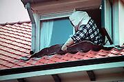Nederland, Nijmegen, 19-7-2004..Een medewerker van de gemeentelijke ongedierte bestrijding spuit giftig poeder in een wespennest. Dit jaar vliegen de wespen zeer vroeg, mede vanwege de zachte winter. wespensteek, allergie, allergische reactie, insekten, verdelgen...Foto: Flip Franssen/Hollandse Hoogte