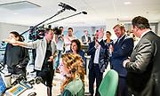 Koning Willem Alexander brengt een werkbezoek aan het Radiohuis van de Nederlandse Publieke Omroep (NPO) in Hilversum. Het bezoek staat in het teken van het medium radio, dat dit jaar in Nederland honderd jaar bestaat.<br /> <br /> Op de foto:   Koning Willem-Alexander met presentator Sven Kockelman