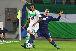 21.10.2015, Volkswagen Arena, Wolfsburg, GER, UEFA CL, VfL Wolfsburg vs PSV Eindhoven, Gruppe B, im Bild Zweikampf zwischen Luiz Gustavo (#22, VfL Wolfsburg) und Jeffrey Bruma (#5, PSV Eindhoven) // during UEFA Champions League group B match between VfL Wolfsburg and PSV Eindhoven at the Volkswagen Arena in Wolfsburg, Germany on 2015/10/21. EXPA Pictures © 2015, PhotoCredit: EXPA/ Eibner-Pressefoto/ Hundt<br /> <br /> *****ATTENTION - OUT of GER*****