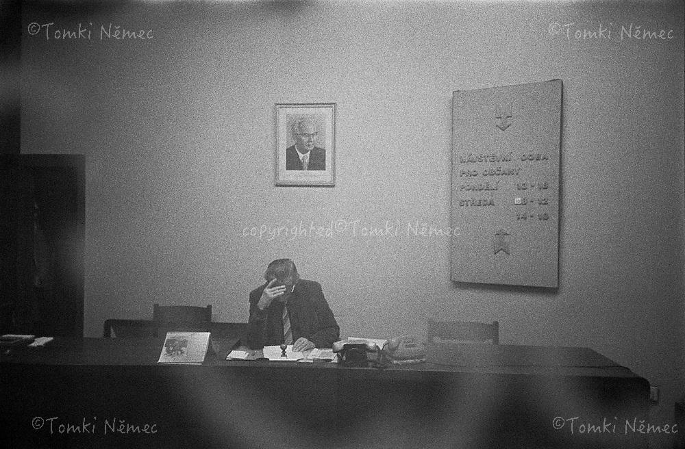 CESKOSLOVENSKO 80s - Ceskoslovenska socialisticka republika<br /> Urednik-vratny-dozor - na ONV ( Obvodni narodni vybor - dnesni obvodni urad -mestsky urad) s portretem normalizacniho prezidenta Dr. Gustava Husaka za zady.