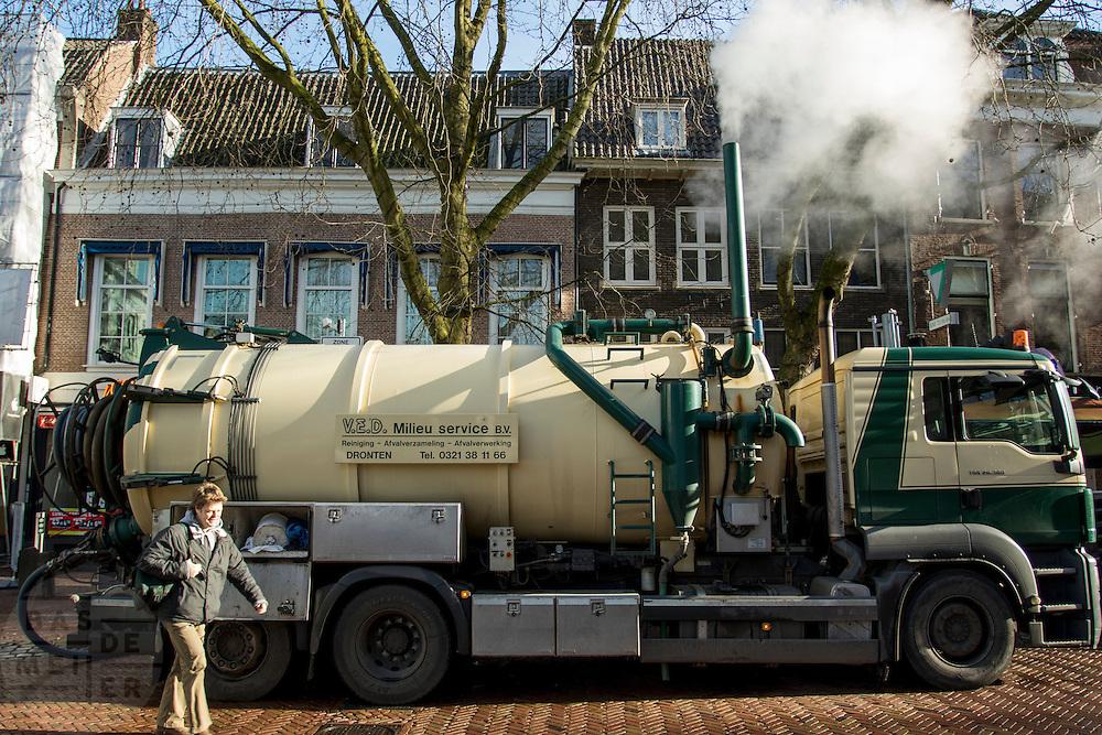 In Utrecht haalt een vrachtwagen van V.E.D. Milieuservice afval op bij een horecagelegenheid aan de Mariaplaats. Het materiaal kan verwerkt worden als grondstof voor biogas.<br /> <br /> In Utrecht a truck picks up the waste of a restaurant at the Mariaplaats.
