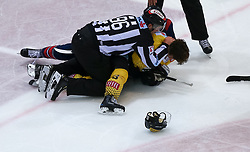 12.04.2019, Albert Schultz Halle, Wien, AUT, EBEL, Vienna Capitals vs EC Red Bull Salzburg, Halbfinale, 7. Spiel, im Bild Florian Baltram (EC Red Bull Salzburg) und Emil Romig (Vienna Capitals) // during the Erste Bank Icehockey 7th semifinal match between Vienna Capitals and EC Red Bull Salzburg at the Albert Schultz Halle in Wien, Austria on 2019/04/12. EXPA Pictures © 2019, PhotoCredit: EXPA/ Alexander Forst