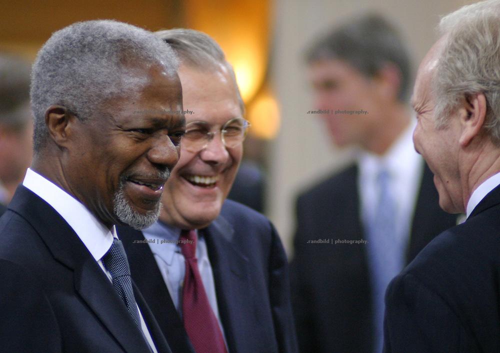 UN-Generalsekretaer Kofi Annan (li.) und US-Verteidigungsminister Donald Rumsfeld (re.) amuesieren sich auf der 41. Muenchener Sicherheitskonferenz. ..Kofi Annan (UNO) and Donald Rumsfeld at Munich Security Conference.