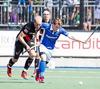 UTRECHT -  Billy Bakker (A'dam) met Ties Ceulemans (Kampong)    tijdens   de finale van de play-offs om de landtitel tussen de heren van Kampong en Amsterdam (3-1). Kampong kampong kampioen van Nederland. COPYRIGHT  KOEN SUYK
