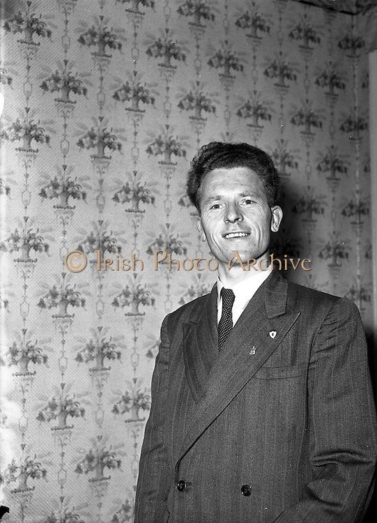 03/06/1954<br /> 06/03/1954<br /> 03 June 1954<br /> Sunday Express Prizewinner Mr Martin Robert, 4 Asshens Quay, Dublin.