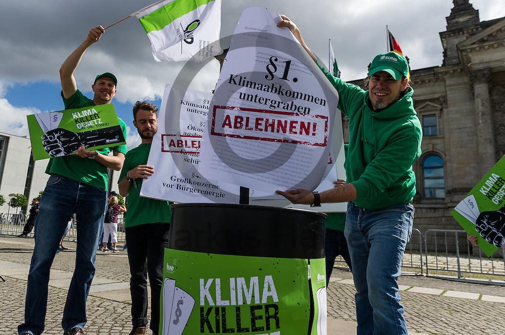 Ein Aktivist steckt w&auml;hrend der BUND Fotoaktion &quot;EEG-Novelle ablehnen&quot; am 07.07.2016 in Berlin, Deutschland den Gesetzentwurf in die Tonne. Morgen wird im Bundestag f&uuml;r das Erneuerbare-Energien-Gesetzes (EEG) abgestimmt. Kritiker bef&uuml;rchten das durch das Gesetz der Ausbau der Erneuerbaren Energien stark behindert wird und zehntausende Arbeitspl&auml;tze gef&auml;hrdet werden. Foto: Markus Heine / heineimaging<br /> <br /> <br /> <br /> ------------------------------<br /> <br /> Ver&ouml;ffentlichung nur mit Fotografennennung, sowie gegen Honorar und Belegexemplar.<br /> <br /> Bankverbindung:<br /> IBAN: DE65660908000004437497<br /> BIC CODE: GENODE61BBB<br /> Badische Beamten Bank Karlsruhe<br /> <br /> USt-IdNr: DE291853306<br /> <br /> Please note:<br /> All rights reserved! Don't publish without copyright!<br /> <br /> Stand: 07.2016<br /> <br /> ------------------------------
