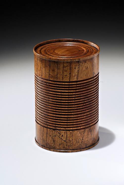 Eine gedrechseltes Holzobjekt einer Konservendose, nach einer gemeinsam entwickelten Idee von Anke Jordans, Peter Susewind und Frank-Udo Tielmann  |  wooden can   |
