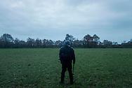 © Benjamin Girette / IP3 PRESS : le 23 Novembre 2012 -Un gendarme surveille la zone alors que d'autres gendarmes évacuent les campements - Operation d'evacuation par les forces de police - Dans la ZAD (Zone a Defendre) - Territoire prévu pour le projet d'aeroport - a proximité de Notre Dame des Landes.