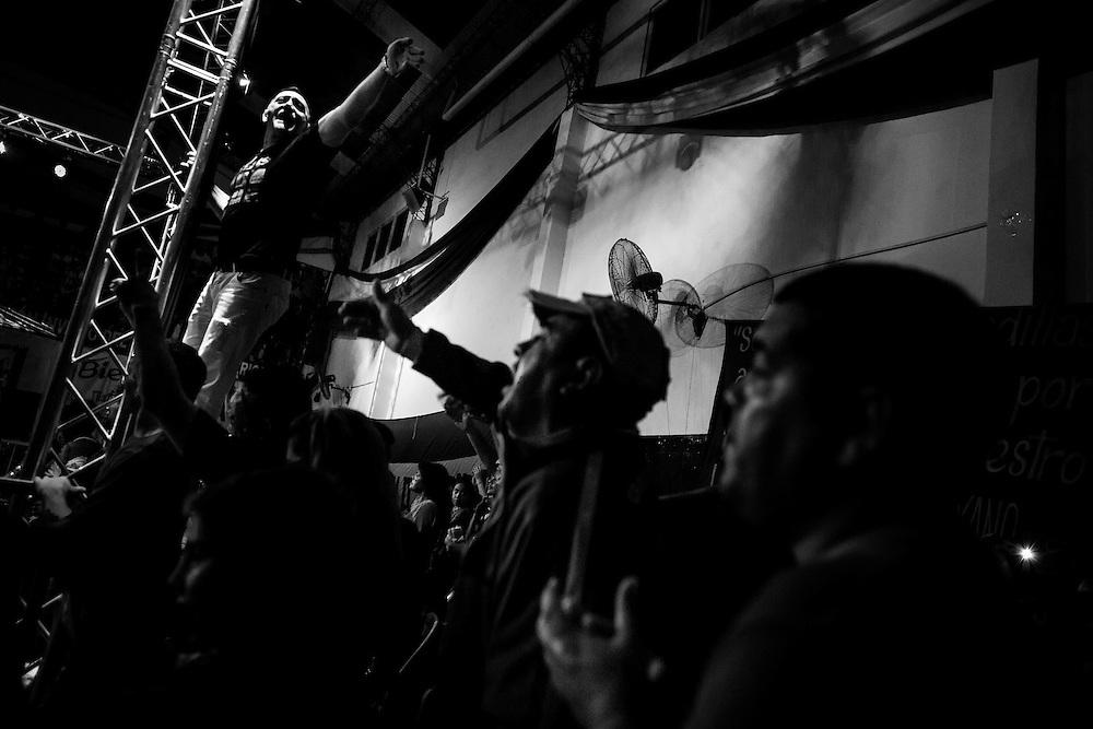 Hinchas del club 'Deportivo Camioneros' junto a fanáticos de Lazarte gritan su nombre como muestra de apoyo al boxeador, club 'Deportivo Camioneros' ubicado en Villa Devoto, Ciudad Autónoma de Bs. As., Argentina.<br /> El club 'Deportivo Camioneros', pertenece al 'Sindicato de Camioneros', organismo que nuclea a los empleados de trasporte y recolección de residuos de Argentina. Además este sindicato, es el único sponsor que apoya económicamente al boxeador.