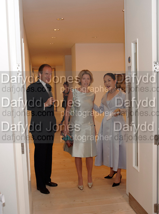 SIMON DE PURY,  Maya di Robilat; DOWAGER VISCOUNTESS ROTHERMERE;, Korean Eye Dinner  hosted by The Dowager Viscountess Rothermere and Simon De Pury.Sponsored by CJ, Korean Food Globalization Team, Hino Consulting and Visit Korea Committee. Phillips de Pury Space, Saatchi Gallery.  Sloane Sq. London. 2 July 2009.