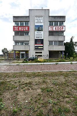Nederland, Nijmegen, 11-9-2013Een leeg kantoorpand wordt te huur of te koop aangeboden. Het is het vroegere kantoor van de elektriciteitscentrale van electrabel, gdf suez. Het pand is slecht onderhouden en ziet er niet aantrekkelijk uit. Onlangs is besloten dat deze kolengestookte centrale eind 2014 zal sluiten, een gevoelige klap voor de werkgelegenheid in Nijmegen.Foto: Flip Franssen/Hollandse Hoogte