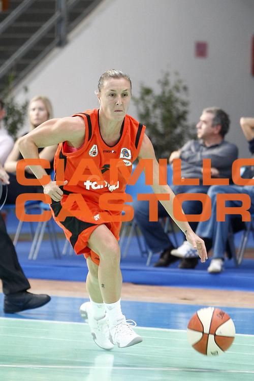 DESCRIZIONE : Napoli Palavesuvio LBF Opening Day Erg Power&amp;Gas Priolo Famila Schio<br /> GIOCATORE : Elisabetta Moro<br /> SQUADRA : Famila Schio<br /> EVENTO : Campionato Lega Basket Femminile A1 2009-2010<br /> GARA : Erg Power&amp;Gas Priolo Famila Schio<br /> DATA : 11/10/2009 <br /> CATEGORIA : palleggio<br /> SPORT : Pallacanestro <br /> AUTORE : Agenzia Ciamillo-Castoria/E.Castoria