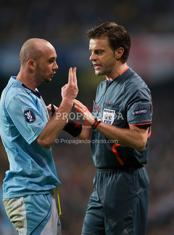 MANCHESTER, ENGLAND - Thursday, April 16, 2009: Manchester City's Stephen Ireland complains to referee Nicola Rizzoli during the UEFA Cup Quarter-Final 2nd Leg match against Hamurger SV at the City of Manchester Stadium. (Pic by David Rawcliffe/Propaganda)