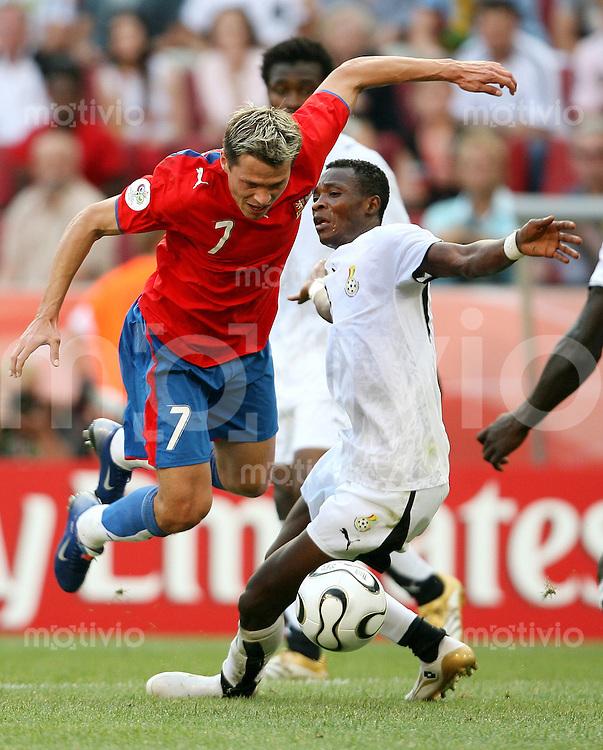 Fussball   WM 2006   Gruppenspiel Vorrunde   Tschechien - Ghana    Libor SIONKO (li, CZE) gegen John PANTSIL (re, GHA)
