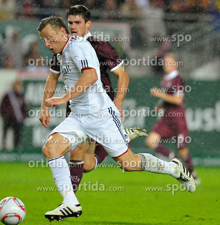 27.08.2010, Fritz Walter Stadion, Kaiserslautern, GER, 1. FBL, 1.FC Kaiserslautern vs Bayern Muenchen, im Bild Ivica Olic (Bayern #11) gegen Ivo ILICEVIC (Kaiserslauern #22 KRO), EXPA Pictures © 2010, PhotoCredit: EXPA/ nph/  Roth+++++ ATTENTION - OUT OF GER +++++ / SPORTIDA PHOTO AGENCY