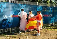 FUSSBALL EUROPAMEISTERSCHAFT 2008  Finale Deutschland - Spanien    29.06.2008 Spanische Fans urinieren gegen eine UEFA EURO 2008 Absperrung vor Spielbeginn.