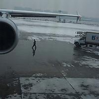BEIJING, 15.1.2013 : Ein Flughafen Angestellter geht morgens ueber ein Rollfeld. In den letzten tagen musste viele Fluege wegen Smog gestrichen werden .