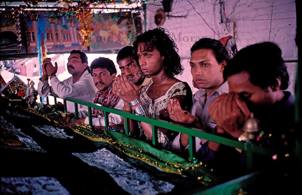 Pakistan - Hijra, les demi-femmes du Pakistan - Lors de la fête du saint soufi Baba Masta Wali Sarkar, une centaine d'Hijra se retrouvent dans des campements. Ils se rendent chaque jour sur la tombe en procession et se donnent en spectacle. // Pakistan. Punjab province. Hijra, the half woman of Pakistan