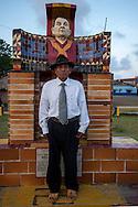 Retrato de Leodomiro Pareces, Sahila de la comunidad de ustupu, frente escultura de Nele Kantule.  La  isla de Ustupu, perteneciente a la comarca indígena  Guna Yala,  forma parte del archipiélago de 365 islas a lo largo de la costa caribe noreste de Panamá..En Ustupu se genero la  Revolución Guna  en 1925, en la que los indígenas Gunas se defendieron ante las autoridades panameñas, que obligaban a los indígenas a occidentalizar su cultura a la fuerza. los Gunas con el aval del gobierno panameño, crearon un territorio autónomo llamado comarca indígena de Guna Yala, para garantizar la seguridad de la población y cultura Guna..(Ramón Lepage).