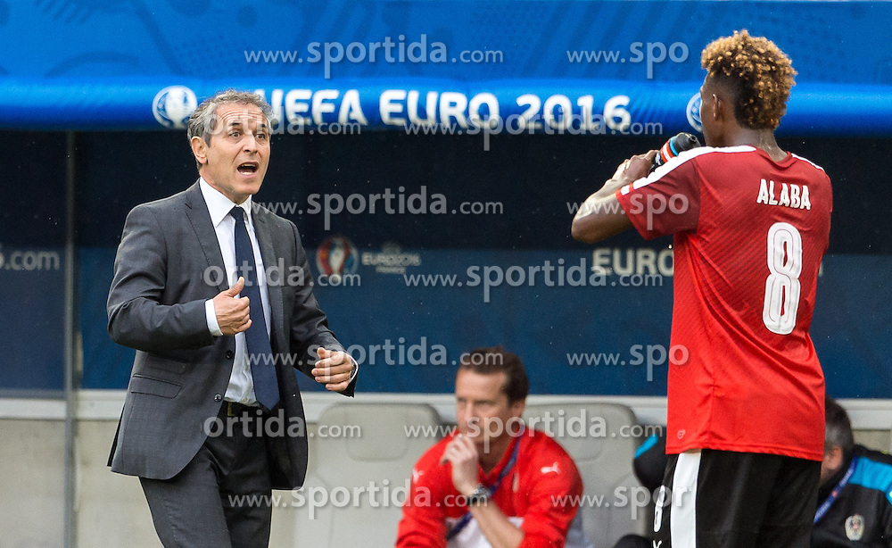 14.06.2016, Stade de Bordeaux, Bordeaux, FRA, UEFA Euro, Frankreich, Oesterreich vs Ungarn, Gruppe F, im Bild Coach Marcel Koller (AUT), David Alaba (AUT) // Coach Marcel Koller (AUT) David Alaba (AUT) during Group F match between Austria and Hungary of the UEFA EURO 2016 France at the Stade de Bordeaux in Bordeaux, France on 2016/06/14. EXPA Pictures © 2016, PhotoCredit: EXPA/ JFK