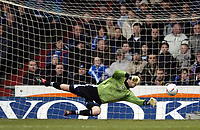 Fotball<br /> FA-cup 2005<br /> Oldham Athletic v Bolton Wanderers<br /> 30. januar 2005<br /> Foto: Digitalsport<br /> NORWAY ONLY<br /> Bolton's Ricardo Vaz Te's shot beats the dive of Oldham goalkeeper Les Pogliacomi to give Bolton the lead