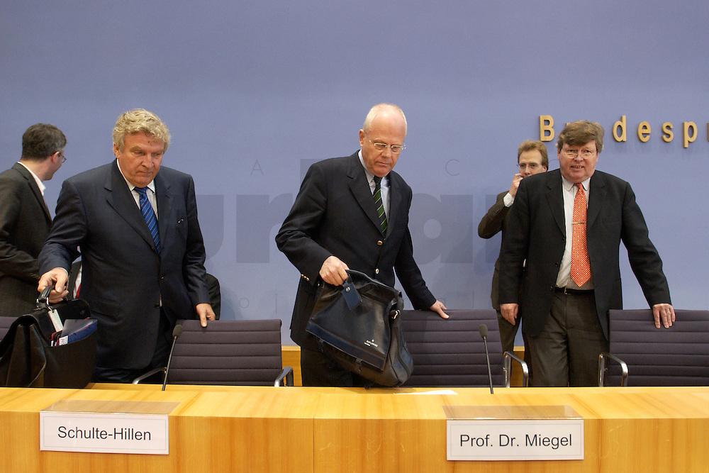 """13 MAY 2004, BERLIN/GERMANY:<br /> Gerd Schulte-Hillen (L), Stiftung Liberales Netzwerk, Prof. Meinhard Miegel (M), Buergerkonvent, Karl-Ulrich Kuhlo (R), Initiative """"Deutschland packt´s ab"""", nehmen Platz, vor Beginn der Pressekonferenz """"Fuer ein besseres Deutschland"""" - eine Aktionsgemeinschaft von 10 Reforminitiativen mit Forderungen an die Politik, Bundespressekonferenz<br /> IMAGE: 20040513-01-002<br /> KEYWORDS: Bürgerkonvent"""