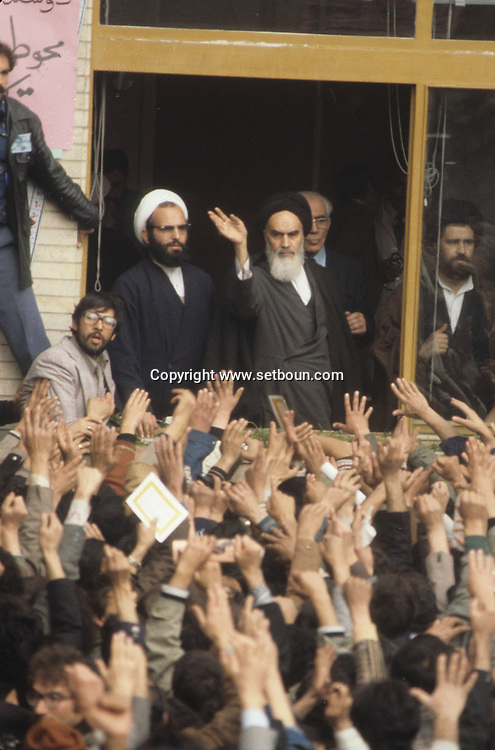 Iran - 02/02/1979/ -  Ayatollah Khomeini Waving to Crowd in Tehran - Ayatollah Khomeini waves to a crowd of enthusiastic supporters on his return to Tehran. after the arrival of of the ayatollah Khomeyni in  Iran, Khomeyni receive people in the courtyard of REFA school where he is living   a crowd  aclaimed the political and spiritual leader /// l'ayatollah khomeyni  apres son arrivee a teheran  recoit la foule de ses fideles dans la cour de l'ecole REFA- une foule  qui l'attend depuis des heures l  acclame comme un dieu vivant /// IRAN25308 03