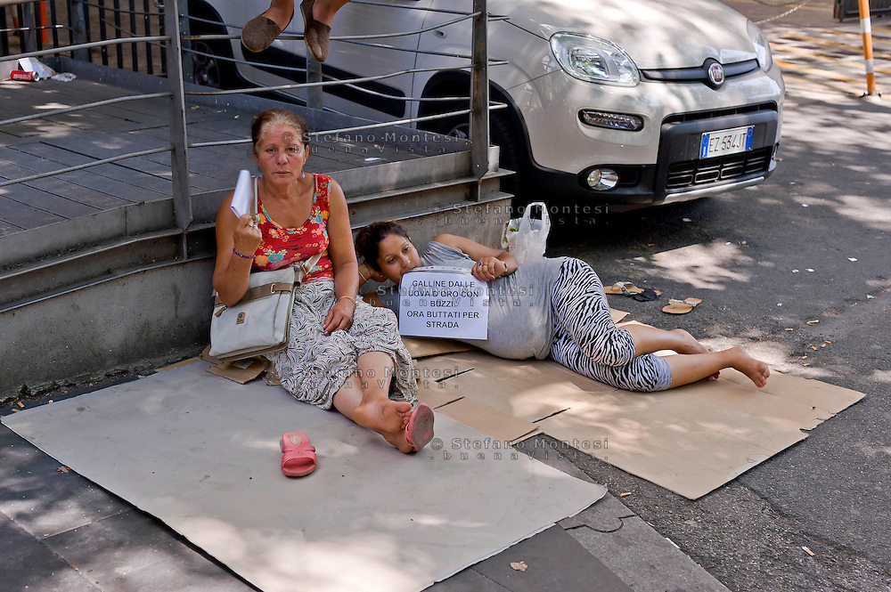 Roma 16 Luglio 2015<br /> Protesta davanti l' assessorato alle politiche sociali delle famiglie rom sgomberate per due volte dall' insediamenti in via Val d Ala,quartiere Monte Sacro, i rom chiedono  soluzioni abitative dignitose e rivendicano trattamenti più umani. Molti cartelli esposti facevano riferimento a mafia capitale ed al suo sfruttamento delle emergenze sociali.<br /> Rome 16 July 2015<br /> Protest in front of the 'Department for Social Policies of Roma families evicted twice from' settlements in via Val d'Ala, Monte Sacro district, the Roma ask dignified housing solutions and treatments claiming more human. Many exhibited signs were referring to mafia capital and its exploitation of social emergencies.