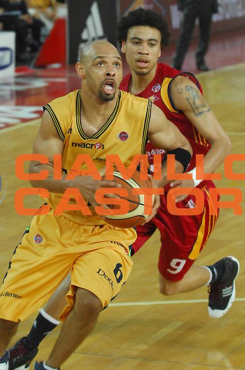 DESCRIZIONE : Roma Lega A1 2007-08 Lottomatica Virtus Roma Premiata Montegranaro<br /> GIOCATORE : Kiwane Garris<br /> SQUADRA : Premiata Montegranaro<br /> EVENTO : Campionato Lega A1 2007-2008 <br /> GARA : Lottomatica Virtus Roma Premiata Montegranaro<br /> DATA : 17/04/2008<br /> CATEGORIA : Penetrazione<br /> SPORT : Pallacanestro <br /> AUTORE : Agenzia Ciamillo-Castoria/E. Grillotti<br /> Galleria : Lega Basket A1 2007-2008 <br /> Fotonotizia : Roma Campionato Italiano Lega A1 2007-2008 Lottomatica Virtus Roma Premiata Montegranaro <br /> Predefinita :