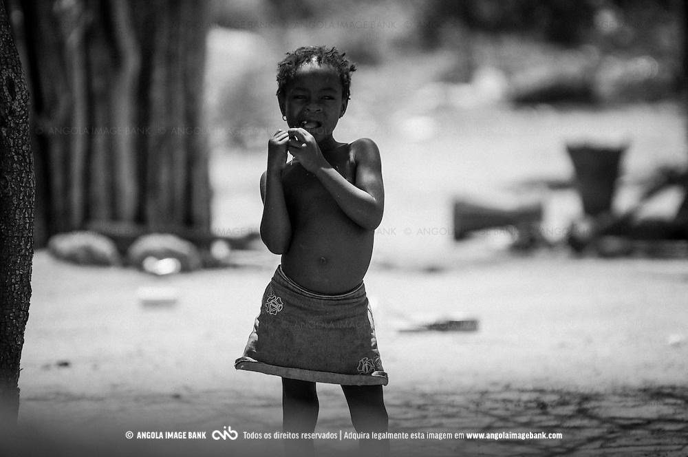 Uma menina num kimbo perto de Quilengues. Província da Huíla, Angola