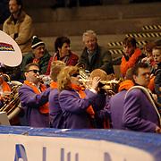 NLD/Heerenveen/20051204 - World Cup schaatsen 2005, Feestkapel de Nachthoorns speelt voor het publiek