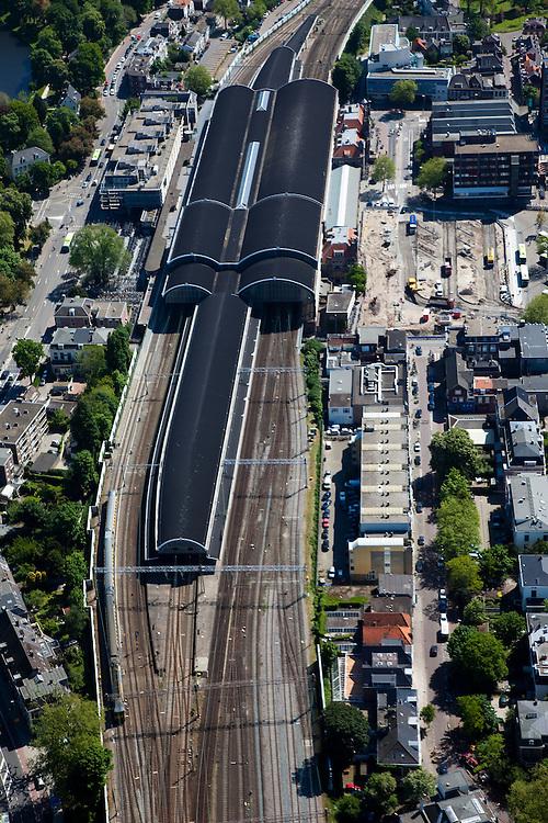 Nederland, Noord-Holland, Haarlem, 12-05-2009; Station met Stationsbuurt, links Kennemerplein.Swart collectie, luchtfoto (toeslag); Swart Collection, aerial photo (additional fee required).foto Siebe Swart / photo Siebe Swart