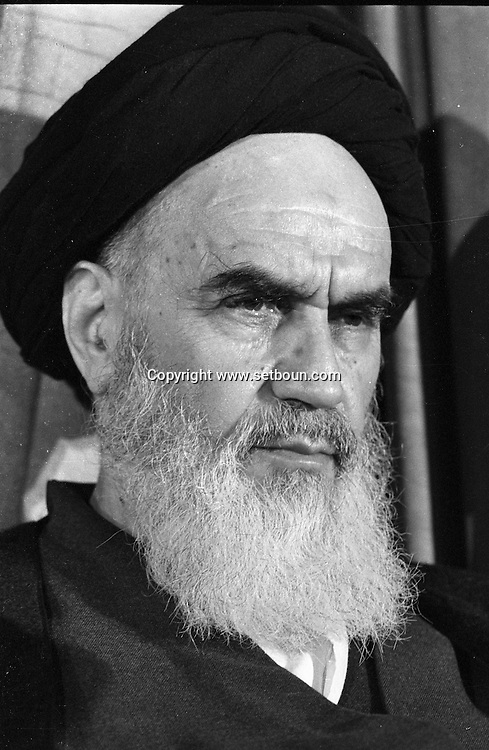 Iran - 03/02/1979/ - press conference of the ayatollah Khomeyni in REFA school where he is living    /// conference de presse de l'ayatollah Khomeyni a l'ecole refa. , dans l'ecole ou il habite provisoirement-  /// IRAN25308 19