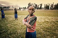 """Dans le cadre d'un programme de l'Unesco """"Esperance et Solidarité autour d'un ballon"""" Marie-José PERREC va rendre visite aux jeunes enfants des rues et orphelins au Rwanda.<br /> <br /> Elle à, pour cette occasion le titre d'ambassadrice pour l'Unesco."""