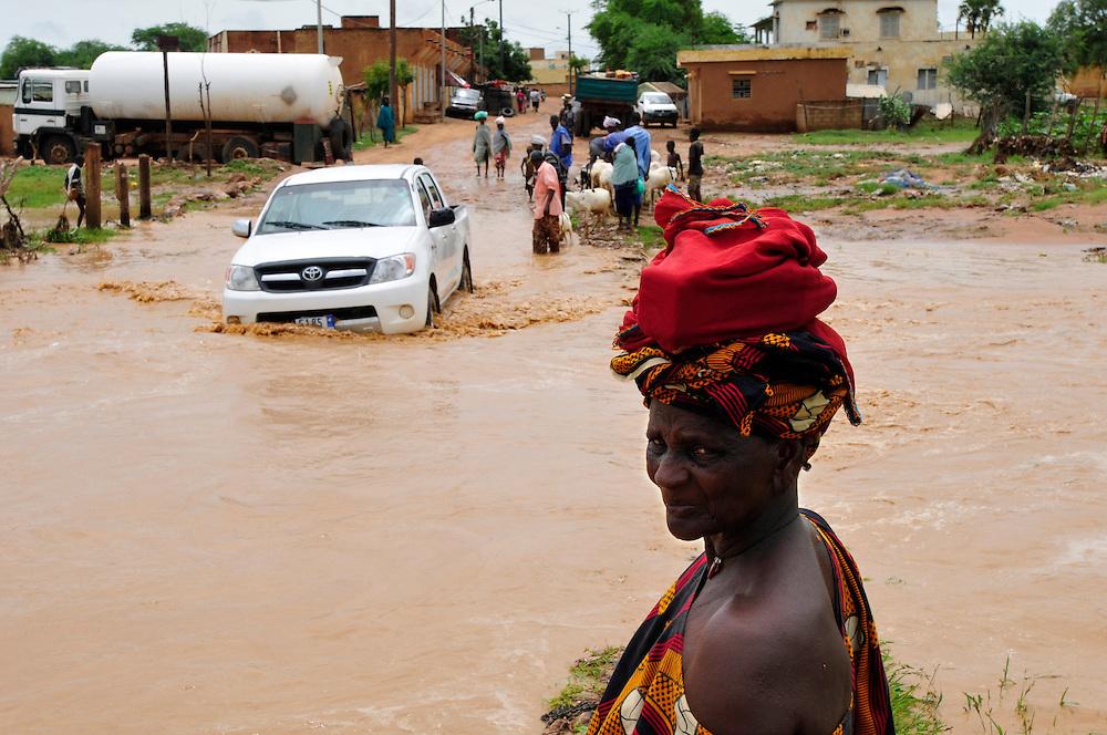 Les gens traversent l'oued de l'hôpital après un orage de la saison d'hivernage. La région du Sahel est sujette aux inondations en raison de manque d'infrastructure et de systèmes de gestion d'eau..Sélibaby, Mauritanie. 07/09/2010..Photo © J.B. Russell