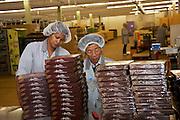 Ouvrières à la chocolaterie Cailler SA à Broc. Arbeiterinnen in der Schokoladefabrik,