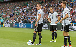 21.06.2016, Parc de Princes, Paris, FRA, UEFA Euro 2016, Nordirland vs Deutschland, Gruppe C, im Bild Toni Kroos (GER), Mesut Oezil (GER), Thomas Mueller (GER) // Toni Kroos (GER) Mesut Oezil (GER) Thomas Mueller (GER) during Group C match between Nothern Ireland and Germany of the UEFA EURO 2016 France at the Parc de Princes in Paris, France on 2016/06/21. EXPA Pictures © 2016, PhotoCredit: EXPA/ JFK