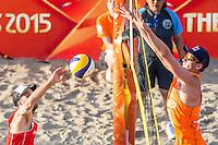 ROTTERDAM - Poulewedstrijd Brouwer/Meeuwsen - Huver/Seidl , Beachvolleybal , WK Beach Volleybal 2015 , 06-27-2015 , Alexander Huber uit Oostenrijk (l) slaat de bal tegen Robert Meeuwsen (r) op