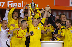 Manchester, England - Thursday, April 26, 2007: Liverpool's captain Jay Spearing lifts the FA Youth Cup for the second successive year after beating Manchester United on penalties during the FA Youth Cup Final 2nd Leg at Old Trafford. (Pic by David Rawcliffe/Propaganda)