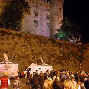 ITA/Bracchiano/20061118 - Huwelijk Tom Cruise en Katie Holmes, kasteel Brachianno verlicht s'avonds met sattelietwagens aan de voorkant