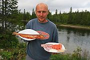 - Vi ble helt sjokkert, sier daglig leder Jens Peder Svelmo ved Tydalsfisk etter å ha deltatt på matmesse for aller første gang. Der ble den varmrøkte røya kåret til beste produkt med smakskvalitet i verdensklasse. Bedriften på Løvøya har også startet med rakfisk av røye, basert på gamle tradisjoner som gir en meget fin smaksopplevelse. I bakgrunnen Tya, som er samme vassdrag som røya stammer fra. Foto: Bente Haarstad Jens Peder Svelmoe, Tydalsfisk. Rakfisk og røkt ørret basert på oppdrett fra lokal stamme.