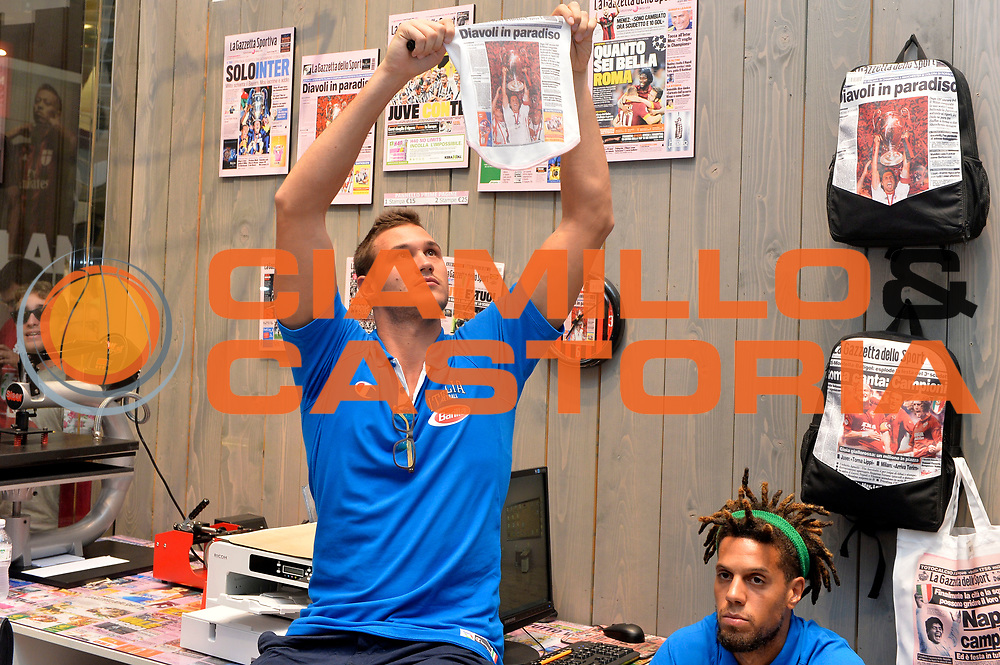 DESCRIZIONE : Media Day Nazionale Italiana Maschile Senior 2015 Sessione autografi Gazzetta Store<br /> GIOCATORE : Danilo Gallinari<br /> CATEGORIA : <br /> SQUADRA :  Nazionale Maschile Senior<br /> EVENTO : <br /> GARA : Sessione autografi Gazzetta Store<br /> DATA : 20/07/2015<br /> SPORT : Pallacanestro <br /> AUTORE : Agenzia Ciamillo-Castoria/Mancini Ivan<br /> Galleria : Nazionale Italiana Maschile Senio 2015<br /> Fotonotizia : Media Day Nazionale Italiana Maschile Senior 2015 Sessione autografi Gazzetta Store<br /> Predefinita :