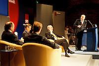 """11.05.1998, Germany/Köln:<br /> Dr. Heik Afheldet, Herausgeber Der Tagesspiegel, moderiert die Expertenrunde, SPD Veranstaltung """"Klartext - Innovation-Wirtschaft-Umwelt"""", Balloni-Hallen<br /> IMAGE: 19980511-01/02-03"""