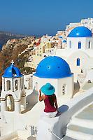 Grece, les Cyclades, Iles Egéennes,  Ile de Santorin (Thira), village de Oia (Ia), eglise aux dômes bleues, touriste // Greece, Cyclades, Santorini island, oia (Ia) village, church with blue dome, tourist