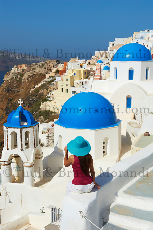 Grece, les Cyclades, Iles Egéennes,  Ile de Santorin (Thira), village de Oia (Ia), eglise aux dômes bleues, touriste // Greece, Cyclades, Santorini island, oia (Ia) village, church with blue dome, tourist