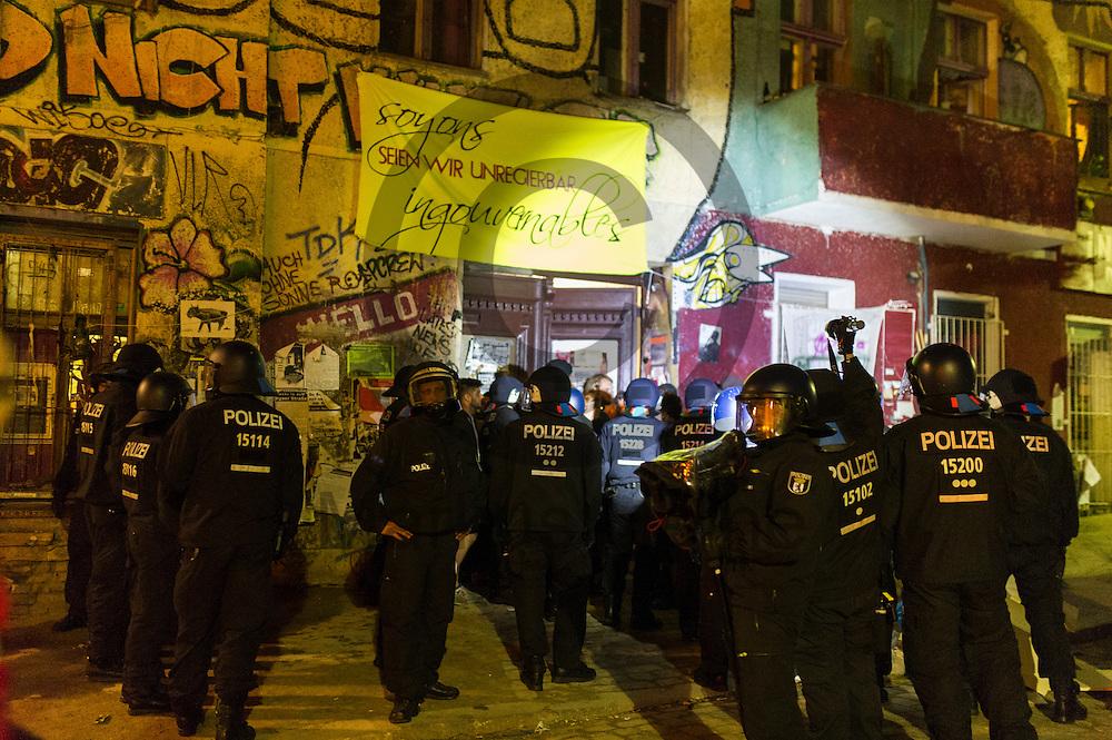 Polizisten stehen nach der Demonstration auf dem Dorfplatz in der Rigaer Stra&szlig;e am 05.07.2016 in Berlin, Deutschland an Eingang der Liebigstra&szlig;e 34. Wegen des andauernden Polizeieinsatzes und der Teilr&auml;umung des besetzten Haus in der Rigaer Stra&szlig;e 94 gibt es in der Stra&szlig;e immer wieder Demonstrationen und Aktionen. Foto: Markus Heine / heineimaging<br /> <br /> ------------------------------<br /> <br /> Ver&ouml;ffentlichung nur mit Fotografennennung, sowie gegen Honorar und Belegexemplar.<br /> <br /> Bankverbindung:<br /> IBAN: DE65660908000004437497<br /> BIC CODE: GENODE61BBB<br /> Badische Beamten Bank Karlsruhe<br /> <br /> USt-IdNr: DE291853306<br /> <br /> Please note:<br /> All rights reserved! Don't publish without copyright!<br /> <br /> Stand: 07.2016<br /> <br /> ------------------------------