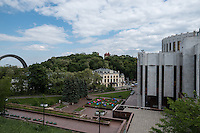Тестовый кадр камерой Pentax K-1. Вид с Владимирской горки на Украинский Дом и Арку Дружбы Народов. Функция Pixel Shift Resolution включена (режим 1).
