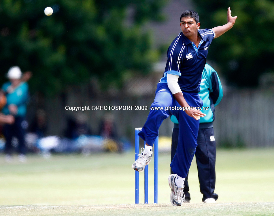 Auckland bowler Ish Sodhi. U19 National Final, Canterbury v Auckland, Te Atatu Park, Auckland. Monday 21 December 2009. Photo: Simon Watts/PHOTOSPORT