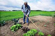 Nederland, Groesbeek, 28--5-2009Clienten op de gecertificeerde zorgboerderij Buitenleven. Dagopvang voor licht dementerende of eenzame ouderen. Zij kunnen lichte klusjes doen op de boerderij zoals het bijhouden van een moestuin of het vegen van de stal.Foto: Flip Franssen