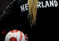 19-12-2015 DEN: World Championships Handball 2015 Training Oranje, Herning<br /> Na een rustige training werd er een persmoment gehouden / Bal Molten, Nederland, item